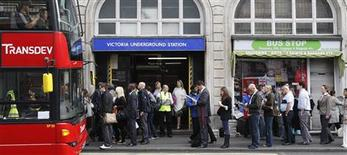 <p>Commuters queue for buses outside a closed entrance to Victoria underground station in London, June 10, 2009. REUTERS/Stephen Hird</p>