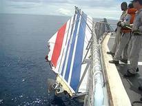 <p>Бразильские моряки понимают на борт суна обломок хвоста лайнера Air France, разбившегося в Атлантическом океане 9 июня 2009 года. Французская подводная лодка Emeraude, оборудованная специальной гидроакустической аппаратурой, была отправлена в среду на поиски черного ящика с упавшего в Атлантический океан самолета компании Air France, сообщили французские военные. REUTERS/Brazilian Air Force/Handout</p>