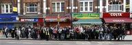 <p>Жители Лондона ожидают автобуса в одном из районов города 10 июня 2009 года. Миллионы жителей Лондона, парализованного 48-часовой забастовкой работников метрополитена, опоздали на работу, застряв в пробках погрузившегося в транспортный хаос мегаполиса. REUTERS/Stephen Hird</p>