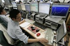 <p>Сотрудники банка работают за компьютерами в офисе Korea Exchange Bank в Сеуле 2 сентября 2008 года. Более трети профессионалов в сфере информационных технологий злоупотребляют административными паролями, чтобы получить доступ к такой конфиденциальной информации как зарплата коллег или документация с собрания совета директоров, свидетельствуют данные исследования. REUTERS/Jo Yong-Hak</p>