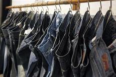 <p>Serie di jeans ad una fiera. REUTERS/Albert Gea</p>
