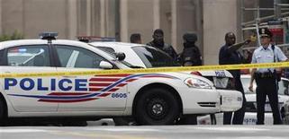 <p>Полицицейские стоят в оцеплении вокруг здания музей Холокоста в Вашингтоне 10 июня 2009 года. Пожилой мужчина, связанный с антисемитским веб-сайтом, в среду застрелил охранника музей Холокоста в Вашингтоне, и был ранен ответным огнем охраны, сообщили власти. REUTERS/Jim Young</p>