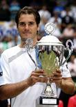 <p>Alemão Tommy Haas com seu troféu após vencer a final contra Djokovic da Sérvia durante o torneio de Halle. 14/06/2009. REUTERS/Ina Fassbender</p>