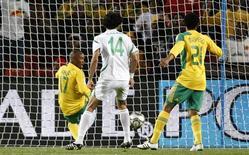 <p>Sul-africano Parker (camisa 17) impede gol de seu próprio time em partida contra o Iraque pela Copa das Confederações em Johanesburgo. 14/06/2009 REUTERS/Jerry Lampen</p>