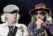 <p>Steven Tyler (R) and Brad Whitford of U.S. rock band Aerosmith perform on stage in Riga July 3, 2007. REUTERS/Stringer</p>