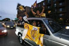<p>Tifosi dei Los Angeles Lakers per le strade di La. REUTERS/Mario Anzuoni (UNITED STATES SPORT BASKETBALL)</p>