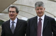 <p>Gabriele Galateri, presidente di Telecom, con Franco Bernabe, Ceo di Telecom. REUTERS/Jamil Bittar (BRAZIL)</p>
