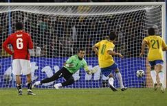 <p>Kaká marca de pênalti gol que deu ao Brasil a vitória por 4 x 3 sobre o Egito em Bloemfontein, na Copa das Confederações. REUTERS/Jerry Lampen</p>