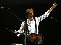 """<p>Foto de archivo del músico Paul McCartney durante su presentación en el Festival Musical de Coachella en Indio, EEUU, 17 abr 2009. El ex Beatle Paul McCartney lanzó la campaña """"lunes sin carne"""" en Reino Unido, en un intento de ayudar a combatir el cambio climático. REUTERS/Mario Anzuoni</p>"""