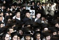 """<p>Ультра-ортодоксальные евреи на акции протеста в Иерусалиме 6 июня 2009 года. Евреи, серьезно относящиеся к вопросам веры, теперь смогут """"накуглить"""" в интернете все, что их интересует, при помощи новой """"кошерной"""" поисковой системы, считает её создатель. REUTERS/Darren Whiteside</p>"""