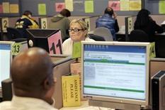 <p>Serie di persone che cercano lavoro su internet. REUTERS/Robert Galbraith/Files (UNITED STATES)</p>