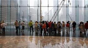 <p>Turisti sul sito del World Trade Center lo scorso 9 settembre, due giorni prima dell'anniversario degli attentati del 2001. REUTERS/Chip East</p>