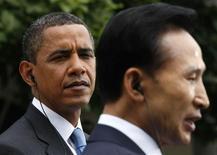 <p>Президент США Барак Обама (слева) и президент Южной Кореи Ли Мун Бак общаются у Белого дома в Вашингтоне 16 июня 2009 года. Лидеры Южной Кореи и США потребовали, чтобы Северная Корея отказалась от ядерных амбиций и прекратила угрожать региону. REUTERS/Kevin Lamarque</p>