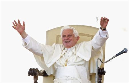 Pope Benedict XVI waves during his Wednesday general audience in Saint Peter's Square at the Vatican June 17, 2009. REUTERS/Max Rossi