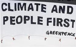 """<p>Scherzo Greenpeace: falso Herald Tribune con Berlusconi """"verde"""". Nella foto uno striscione gigante srotolato a Rio de Janeiro durante una protesta di Greenpeace. REUTERS/Bruno Domingos</p>"""