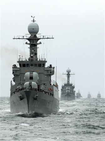 South Korean navy vessels conduct a drill against possible attacks by North Korea in the East Sea off Donghae, east of Seoul, June 17, 2009. REUTERS/South Korean Navy/Handout