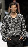 """<p>Un modelo presenta una creación como parte de la colección masculina de Dolce&Gabbana Primavera/Verano 2010 durante la Semana de la Moda de Milán. Los desfiles de la colección masculina de Milán comenzaron con estilo el sábado, presentando la primera muestra de la reconocida marca italiana Dolce & Gabbana que apuesta por la """"belleza extrema"""" para la próxima primavera. jun 20, 2009 REUTERS/Alessandro Garofalo (ITALIA)</p>"""