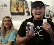 <p>Adam Jackson comemora ter comprado primeiro iPhone 3GS em loja da Apple em San Francisco.</p>