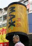 <p>Chinês passa em frente a loja da Kodak em Pequim. O Kodachrome, marca de filmes da Kodak, está prestes a tornar-se parte do passado, com a decisão da companhia de interromper a produção diante de intensa competição gerada pelas câmeras digitais.</p>