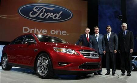Ford Motor Co. Chief Executive and President Alan Mulally (L), Executive Chairman Bill Ford (2nd L), President of the Americas Mark Fields and Group Vice President of Product Development Derrick Kuzak (R) pose next to the 2010 Taurus sedan during press days at the North American International Auto Show in Detroit, Michigan in this January 11, 2009 file photo. REUTERS/Rebecca Cook