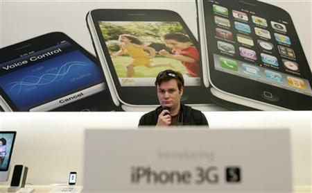 A customer looks over the Apple iPhone 3GS at the company's retail store in San Francisco, California June 19, 2009. REUTERS/Robert Galbraith