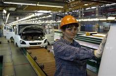 <p>Immagine d'archivio di un'operaia in una fabbrica di automobili. REUTERS/Denis Sinyakov (RUSSIA POLITICS TRANSPORT BUSINESS)</p>