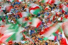 <p>Immagine d'archivio di italiani in uno stadio. REUTERS/Max Rossi (ITALY)</p>