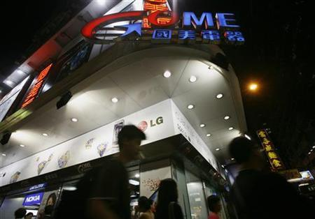 People walk past a GOME store at the shopping Mongkok district in Hong Kong June 22, 2009. REUTERS/Bobby Yip