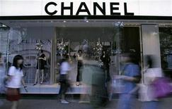 <p>People walk past a Chanel display window at a shopping district in Singapore November 3, 2008. REUTERS/Jacinta Goh</p>