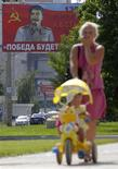<p>Des portraits géants de Joseph Staline ont été placardés à Voronej, une ville du sud de la Russie, pour promouvoir ses méthodes comme meilleure remède à la crise économique. /Photo prise le 24 juin 2009/REUTERS/Vladimir Lavrov</p>
