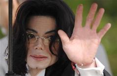 """<p>Певец Майкл Джексон прибывает в суд в Санта Марии, Калифорния 13 мая 2005 года. """"Король поп-музыки"""" Майл Джексон умер в ночь с четверга на пятницу в возрасте 50 лет от полной остановки сердца, сообщил коронер округа Лос-Анджелес Фред Коррал. REUTERS/Phil Klein</p>"""