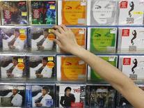 <p>Un commesso in un negozio di dischi sistema i cd di Michael Jackson . REUTERS/Kim Kyung-Hoon</p>