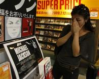 <p>Una fan guarda uno stand in memoria di Michael Jackson a Tokyo. REUTERS/Kim Kyung-Hoon (JAPAN ENTERTAINMENT OBITUARY)</p>