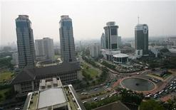 <p>A view of clear skies in central Jakarta, on the eastern Indonesian island of Java October 6, 2006. REUTERS/Supri</p>