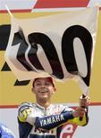 <p>Piloto de MotoGP da Yamaha, Valentino Rossi comemora centésima vitória em GPs, após vencer em Assen, na Holanda, no dia 27 de junho de 2009. REUTERS/Michael Kooren</p>