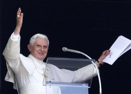 Pope Benedict XVI greets the crowd gathered below in Saint Peter's square during his weekly Angelus prayers at the Vatican June 28, 2009. REUTERS/Alessandro Bianchi (VATICAN RELIGION)