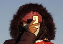 <p>Una donna fa una foto col cellulare . REUTERS/David Mercado</p>