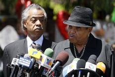 <p>Joe Jackson (direita) e reverendo Al Sharpton durante entrevista coletiva do lado de fora da residência dos Jackson em Encino, na Califórnia 29/06/2009 REUTERS/Lucy Nicholson</p>