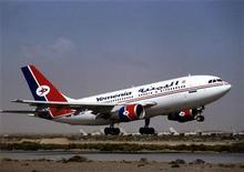 <p>Архивная фотография самолета Airbus 310 авиакомпании Yemenia Air 10 июля 1996 года. Авиалайнер Airbus 310 йеменской авиакомпании Yemenia Air, на борту которого находились по крайней мере 153 человека, во вторник упал в Индийский океан неподалеку от Коморских островов, сообщили местные власти и представители авиаперевозчика. REUTERS/Stringer</p>