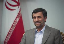 <p>Президент Ирана Махмуд Ахмадинежад на встрече со спикером парламента Белоруссии Семном Шарецким в Тегеране 24 июня 2009 года. Иран подтвердил победу Махмуда Ахмадинежада на президентских выборах и заявил, что этот вопрос закрыт, почти не оставив оппонентам свободы действий. REUTERS/Morteza Nikoubazl</p>
