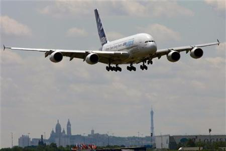 An Airbus A380 takes part in a flying display two days before the opening of the 48th Paris Air Show at the Le Bourget airport near Paris, June 13, 2009. REUTERS/Pascal Rossignol