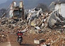 <p>Руины домов в городе Ханьван разрушенного землетрясением в китайской провинции Сычуань 8 марта 2009 года. Землетрясение мощностью более пяти баллов по шкале Рихтера произошло во вторник утром в китайской провинции Сычуань. REUTERS/Stringer</p>
