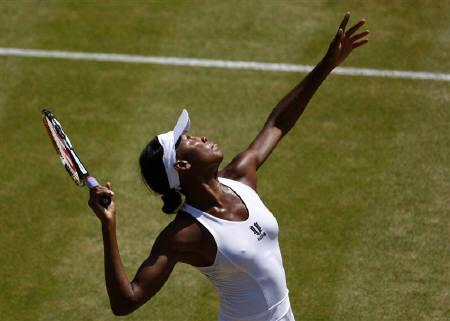 Venus Williams of the U.S. returns the ball to Agnieszka Radwanska of Poland during their match at the Wimbledon tennis championships, in London June 30, 2009. REUTERS/Eddie Keogh