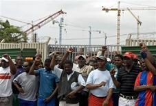 <p>Foto de arquivo de trabalhadores do Sindicato Nacional de Mineradores fazendo greve em Durban. 15/11/2007. REUTERS/Rogan Ward</p>
