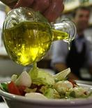 <p>Un'insalata condita con olio d'oliva in un ristorante di Roma. REUTERS/Dario Pignatelli</p>