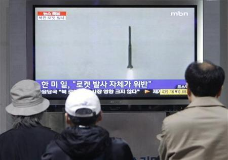 Men watch file footage of a North Korean missile launch, which took place in 1998, on television at the Seoul railway station in Seoul April 5, 2009. REUTERS/Jo Yong-Hak