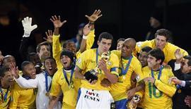 <p>Jogadores da seleção brasileira comemoram o troféu na Copa das Confederações em Johanesburgo. 28/06/2009. REUTERS/Paulo Whitaker</p>
