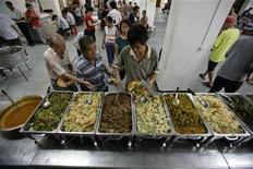 <p>Gente in fila per pasti vegetariani a Singapore. REUTERS/Tim Chong (SINGAPORE)</p>