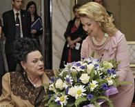 """<p>Imagen de archivo en que la primera dama de Rusia, Svetlana Medvedev, regala flores a la cantante rusa Lyudmila Zykina, en Moscú, 10 jun 2009. Lyudmila Zykina, """"la reina del folk ruso"""", cuya voz encandiló por igual al dictador soviético Josef Stalin y a Los Beatles, murió en Moscú tras un ataque al corazón el miércoles a los 80 años. Zykina, nacida en una familia modesta en Moscú, fue admirada por la élite soviética por la profundidad, claridad y personalidad de su voz y recibió los máximos galardones de la época. REUTERS/RIA Novosti/Kremlin/Dmitry Astakhov/Archivo</p>"""