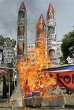 <p>Участники демонстрации жгут флаги Северной Кореи и макеты баллистических ракет в Сеуле 25 июня 2009 года. Северная Корея в четверг провела испытания двух ракет ближнего радиуса действия, вновь увеличив напряжение в регионе, и без того высокое из-за ядерных испытаний Пхеньяна и угроз увеличить ядерный арсенал в ответ на санкции ООН. REUTERS/Jo Yong-Hak</p>